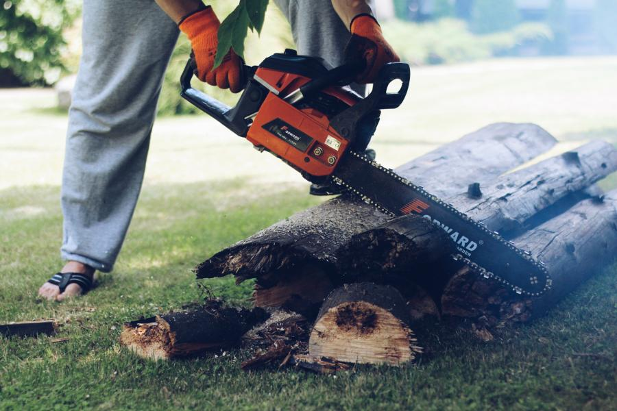 Gas Vs. Electric Chainsaws- Which Is Better For You? 12