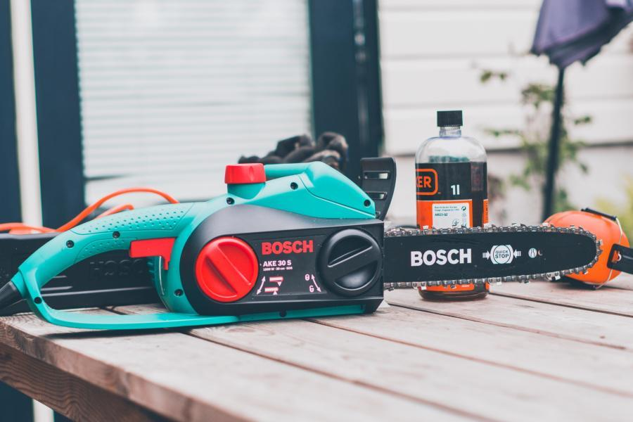 Gas Vs. Electric Chainsaws- Which Is Better For You? 8