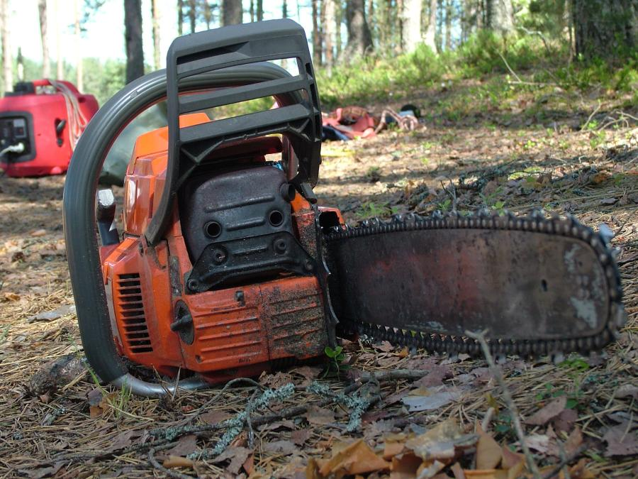 This Is How You Remove Rust From a Chainsaw 1