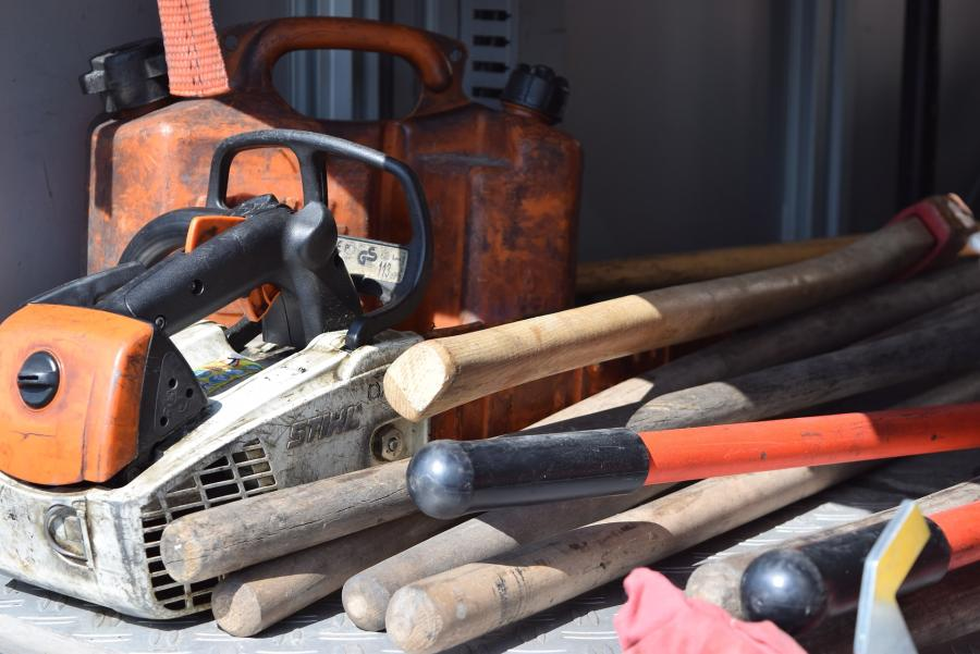 Is It Ever Better To Use an Axe Over A Chainsaw? 1