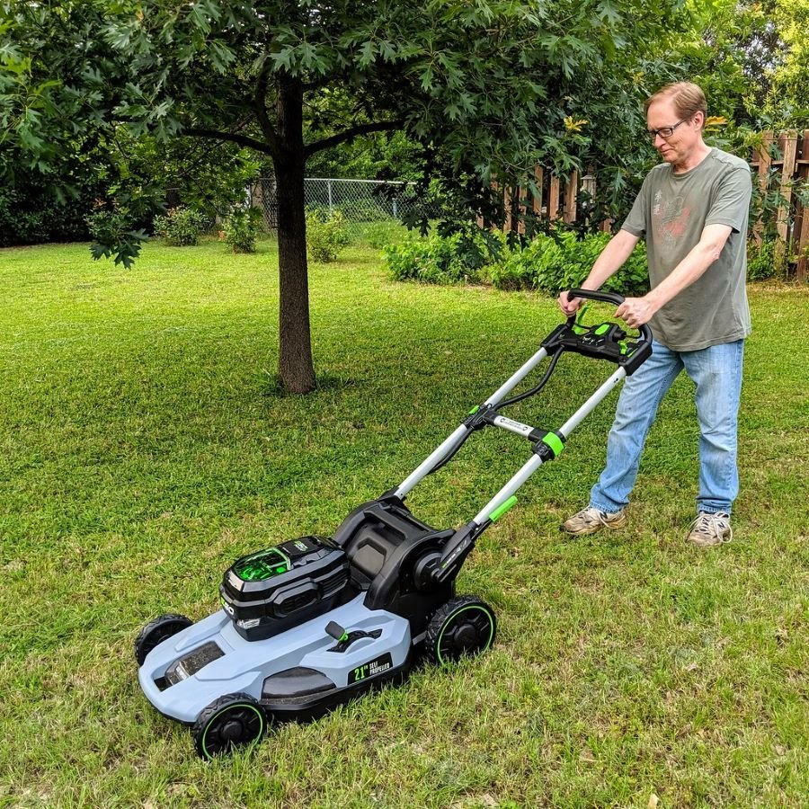 How Much Gas Does a Lawnmower Use? 1