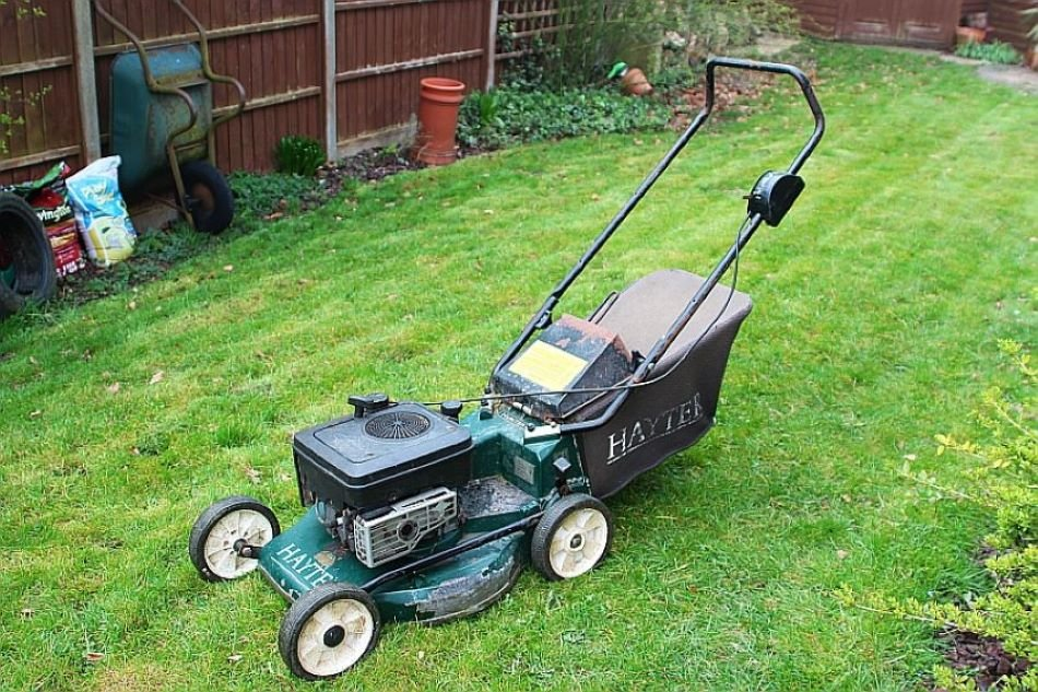 How Much Oil Does a Lawnmower Take? 1
