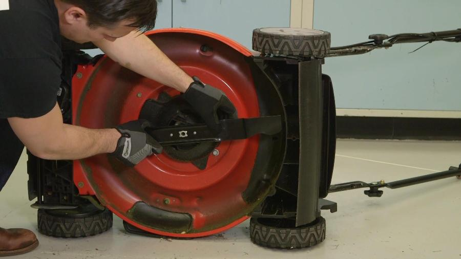 How to remove a lawnmower blade 1