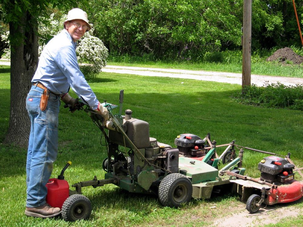 How to Clean a Lawnmower Fuel Line? 1