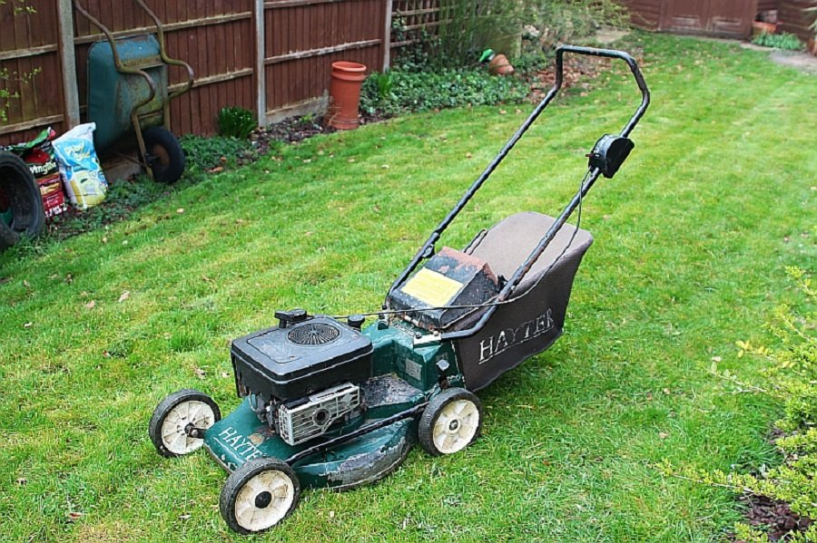 How to drain oil from a Briggs and Stratton lawnmower, step by step 1