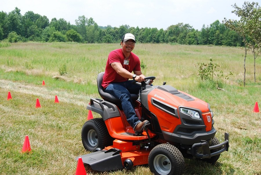 How to Start a Husqvarna Lawnmower, step by step 1