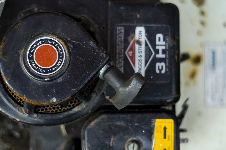 How to change the oil in the Briggs and Stratton Lawnmower, step by step 1