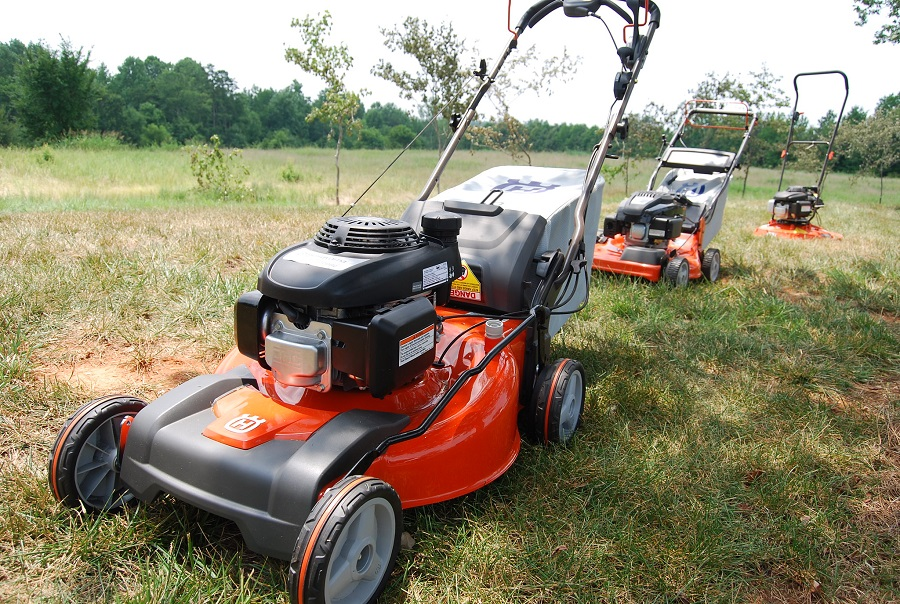 How to remove a gas tank from a Husqvarna lawnmower, Step by Step 1