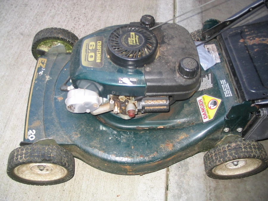 How to Replace the Primer Bulb on a Toro Lawnmower 1