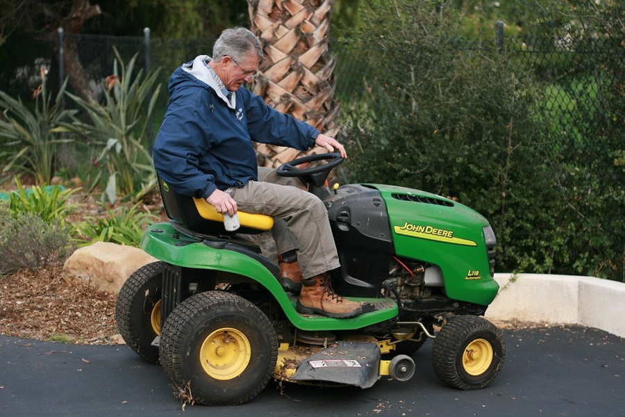 How to Fix a Flat Tire on a Riding Lawnmower, step by step 1