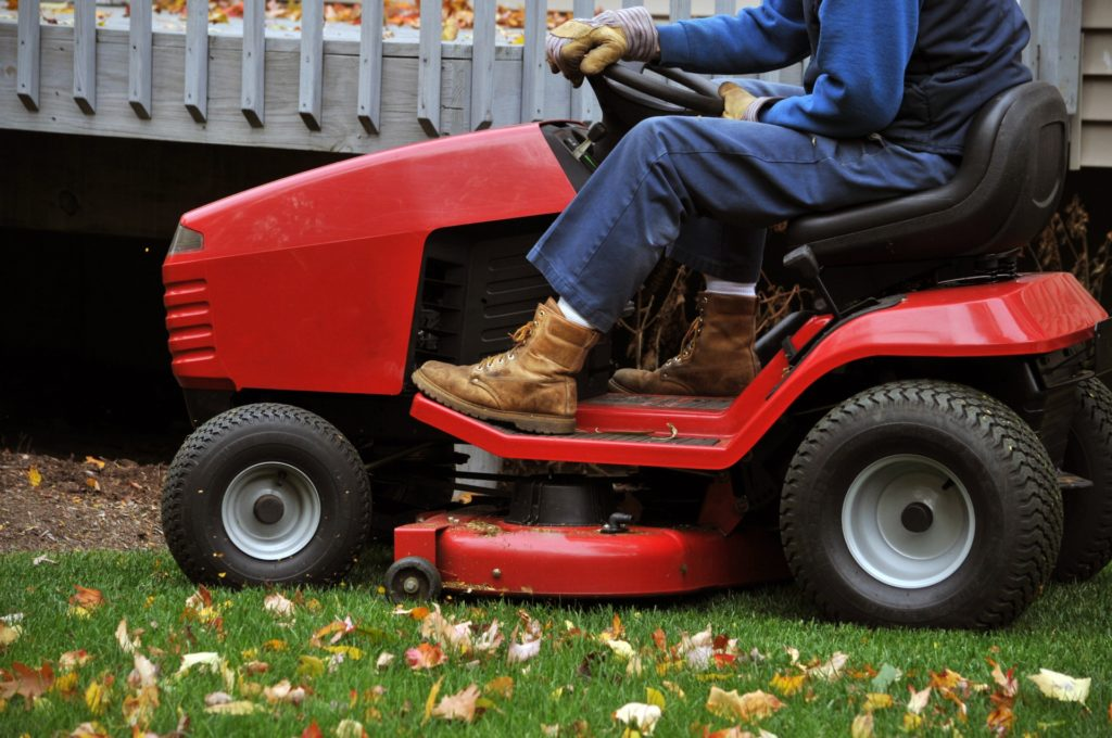 What causes a lawnmower to smoke? Causes and fixes 1