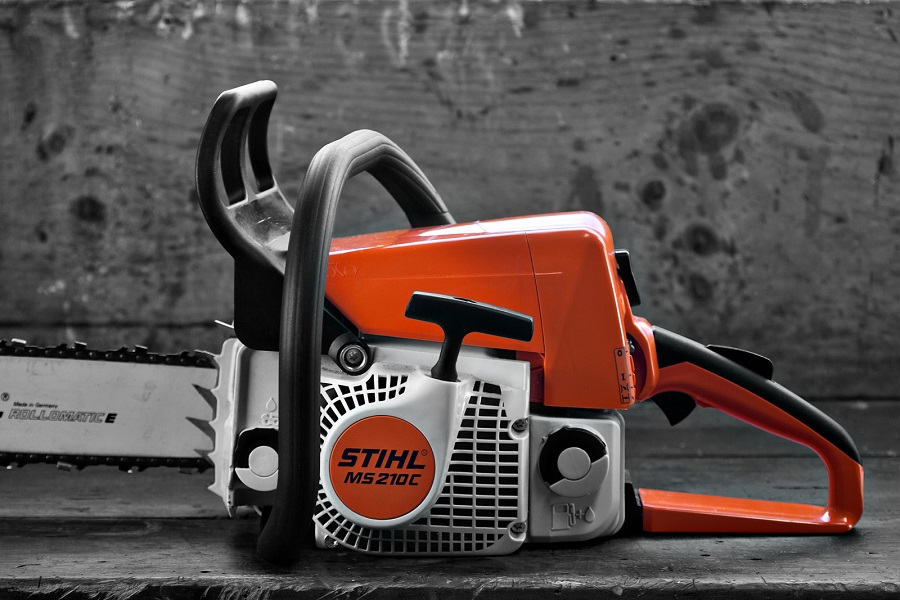 How to Add Two-Stroke Chainsaw Oil, step by step 1