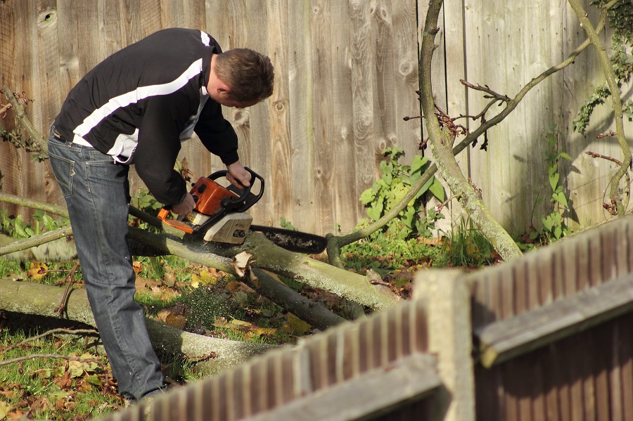 Starting a Chainsaw Between Your Legs. Tips from a Pro 1